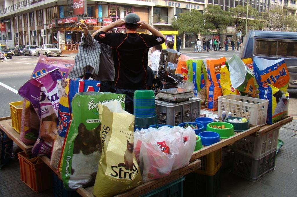 A ração da cachorro vendida em sacos menores, e por peso em Montevideu