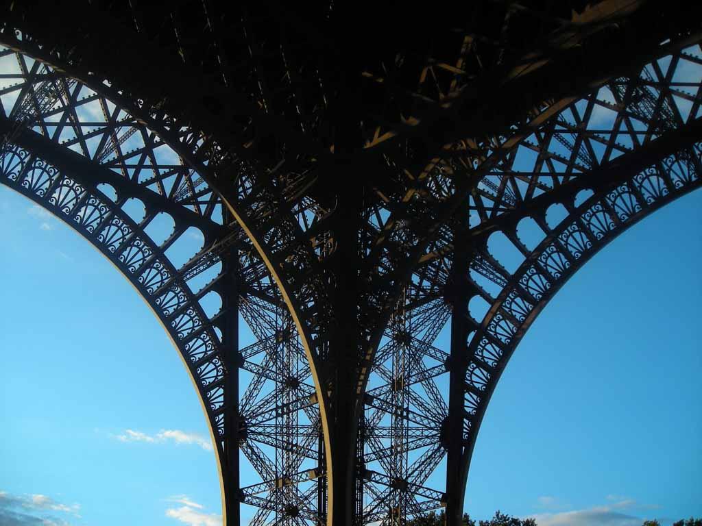 Embaixo da Torre Eiffel