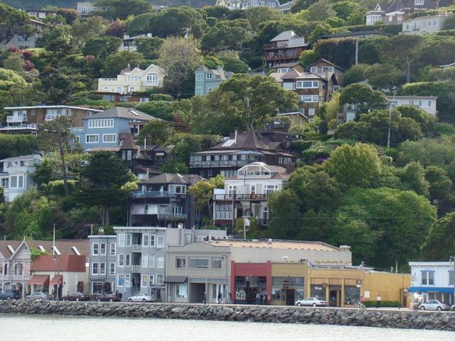 A cidade de Sausalito vista do barco