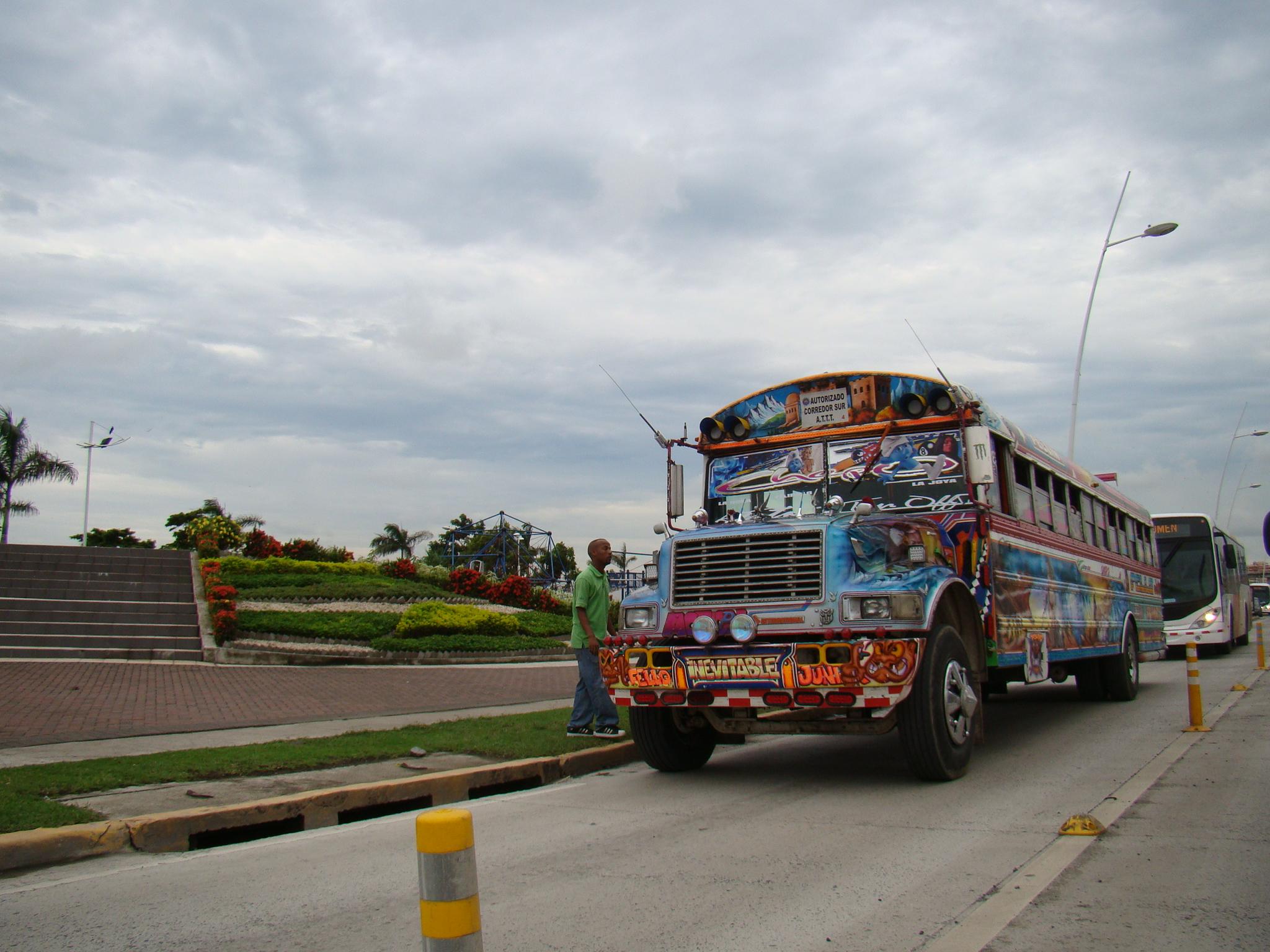 Ônibus colorido no Panamá