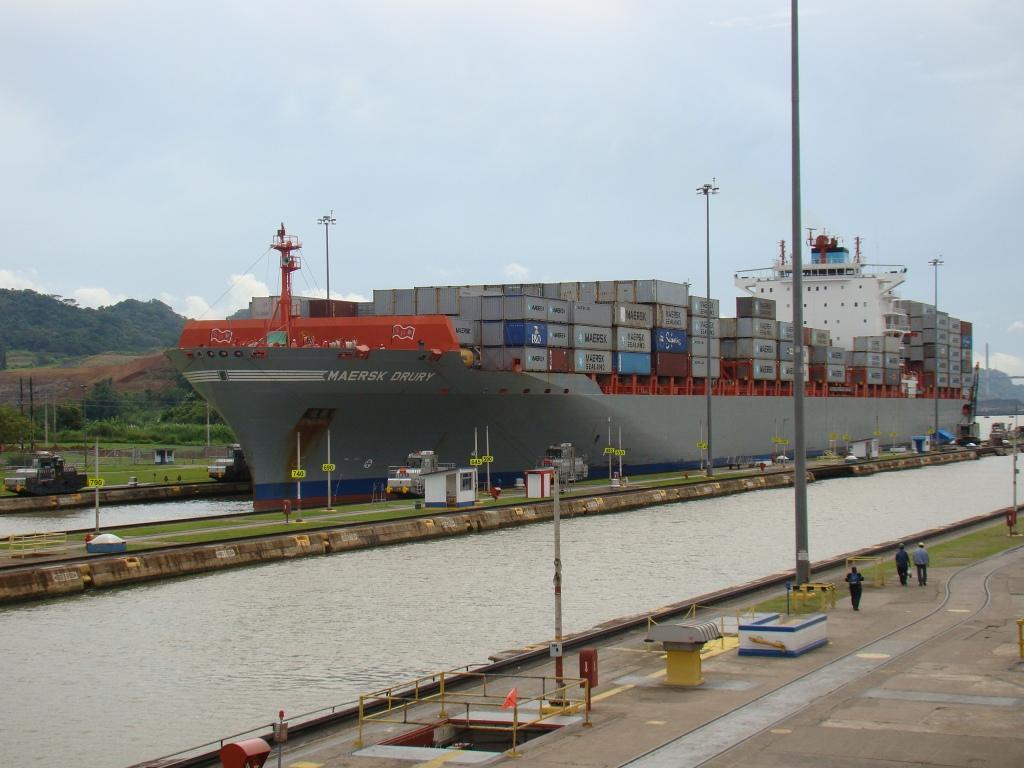 Navio no Canal do Panamá