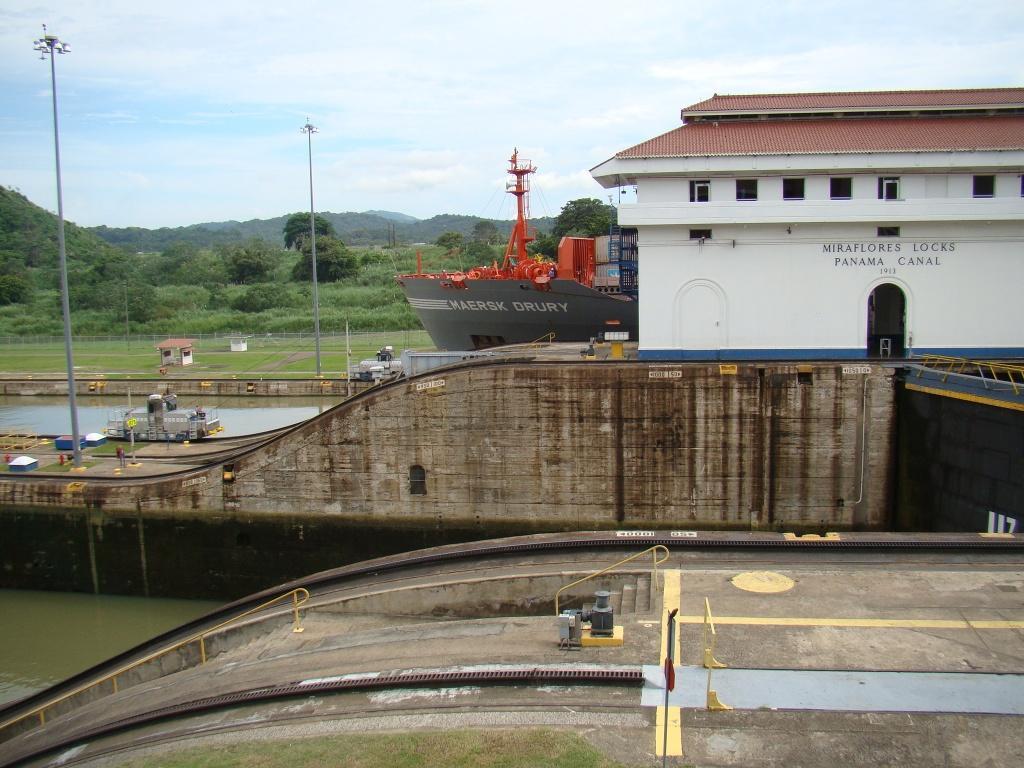 Saída de navios no Canal do Panamá